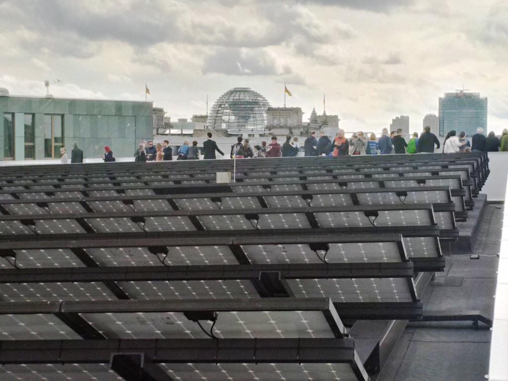 PV auf Dach des Berliner Futuriums vor Reichstagskuppel - Foto © Gerhard Hofmann, Agentur Zukunft für Solarify