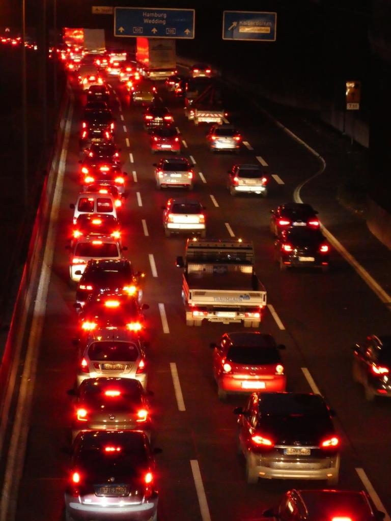 Dichter Verkehr auf der Berliner Ringautobahn bei Nacht - Foto © Gerhard Hofmann für Solarify