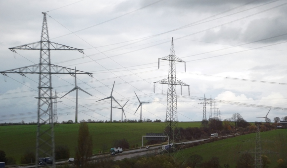 Strommasten, Windenergie und Autobahn im Thüringer Wald - Foto © Agentur Zukunft für Solarify