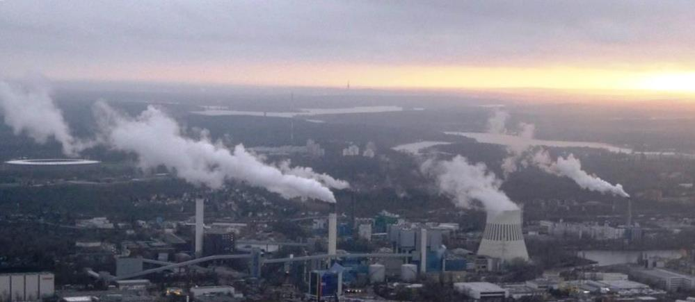 CO2-Ausstoß, Rauch und Wasserdampf im Nordwesten Berlins - Foto © Gerhard Hofmann, Agentur Zukunft für Solarify