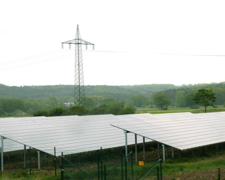 PV-Feld mit Strommast - Foto © Gerhard Hofmann für Solarify
