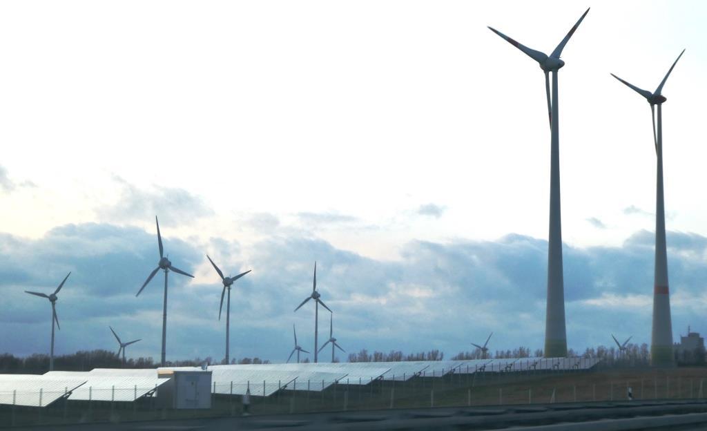 PV und Windgeneratoren bei Berge, Brandenburg - Foto © Gerhard Hofmann, Agentur Zukunft für Solarify