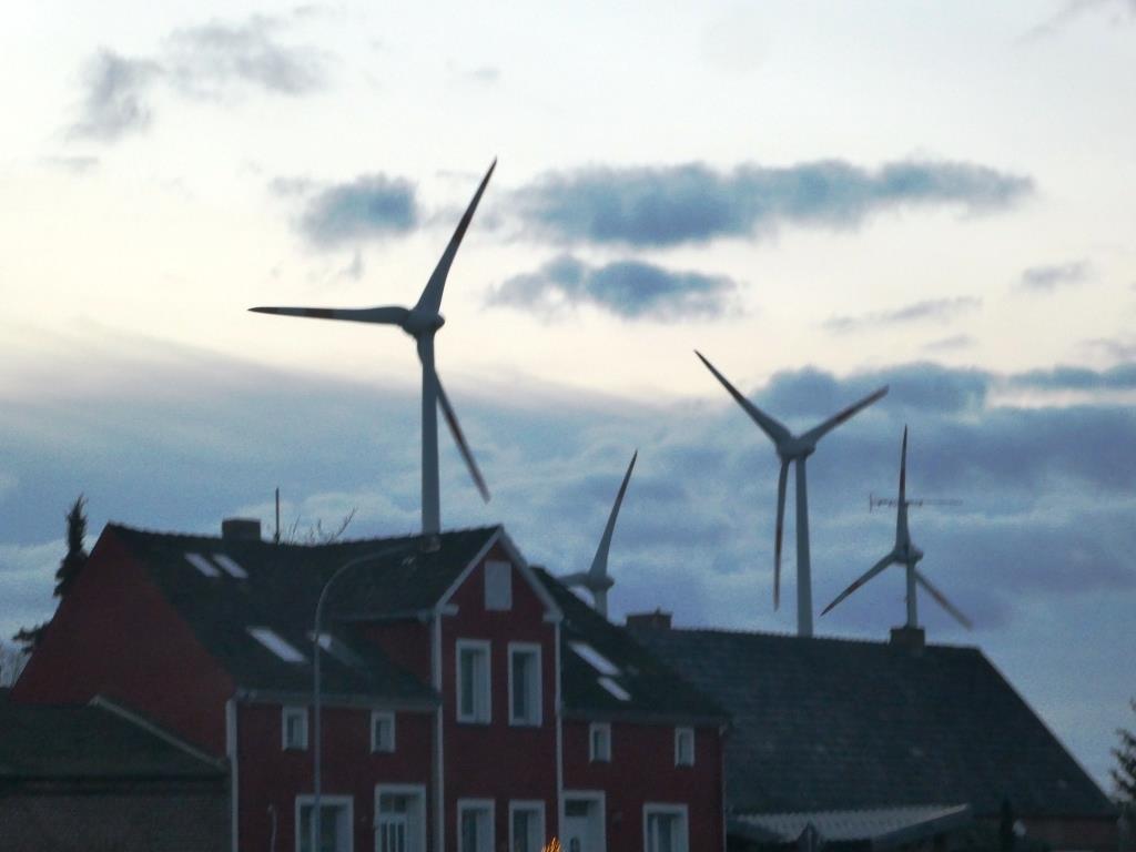 Windgeneratoren vor Wohnhäusern in Berge - Foto © Gerhard Hofmann, Agentur Zukunft für Solarify