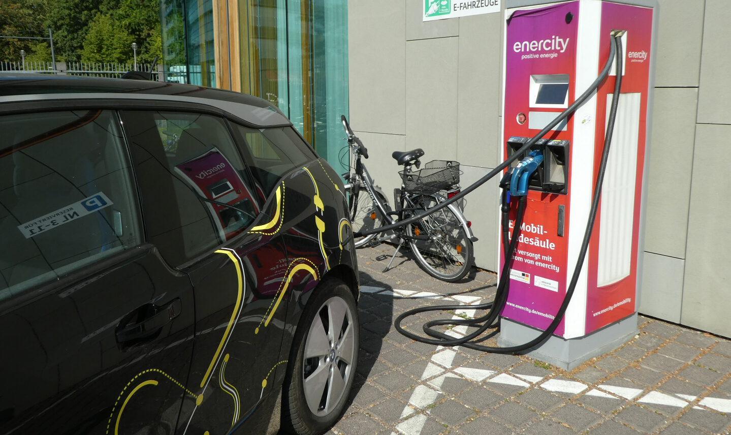 E-Auto ladend - Foto © Solarify
